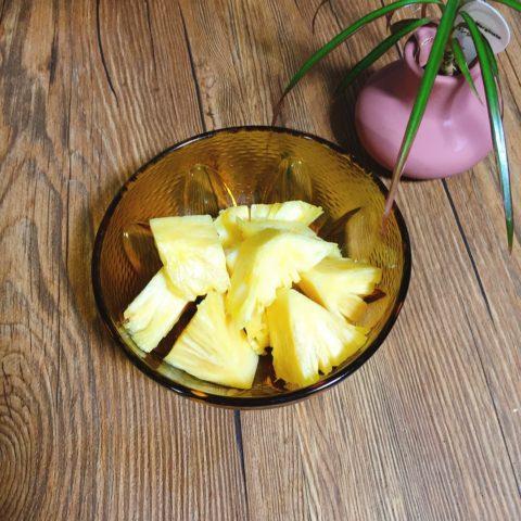 パイナップルを切って食べる