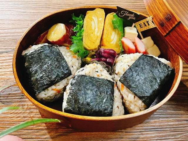 無印の沖縄風豚角煮ごはんおにぎりのお弁当
