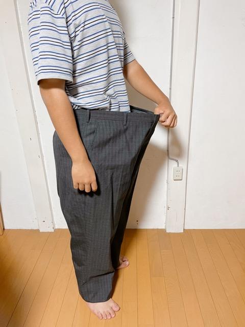 痩せる前の服を着る高校生